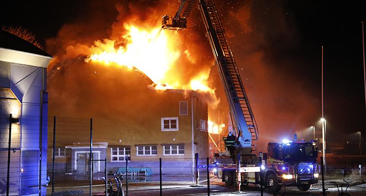 Det brinner mycket från taket.