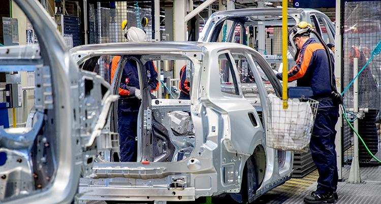 En bild på en bil som håller på att monteras i fabriken.