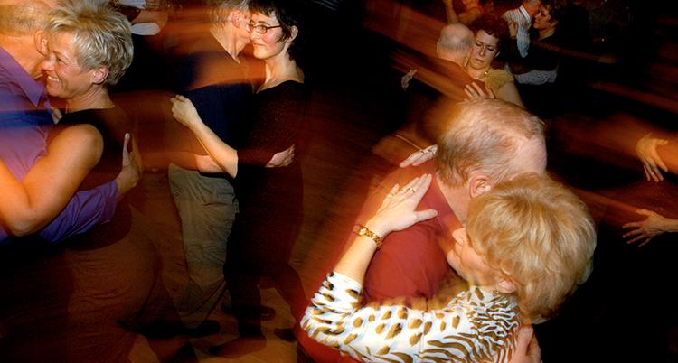 Några människor håller om varandra och dansar.