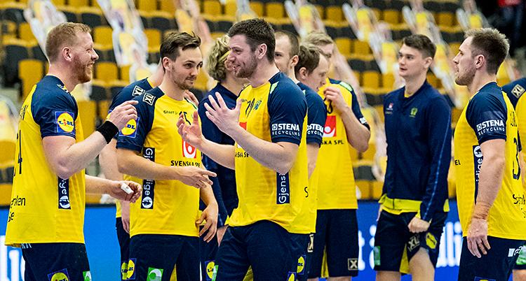 Efter en match i handboll. De svenska herrarna jublar tillsammans. De har gula tröjor och blå shorts.
