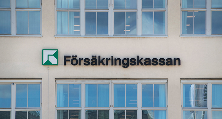 En bild på en byggnad som det står Försäkringskassan på.