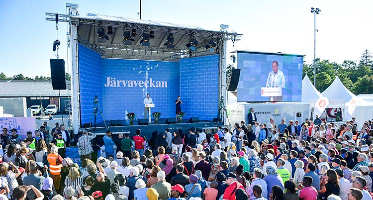Stefan Löfven håller tal under Järvaveckan.