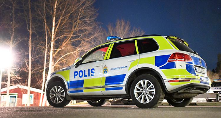 Det är kväll. En nära bild på polisbilen.