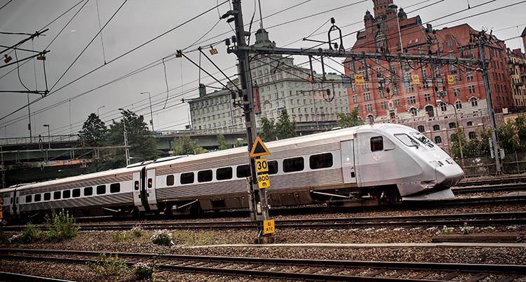 Ett vanligt grått tåg från SJ är på väg ut från Stockholm.