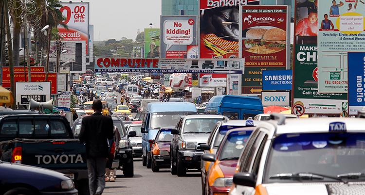 En gata i staden Accra i Ghana. Massor av bilar köar på gatan.