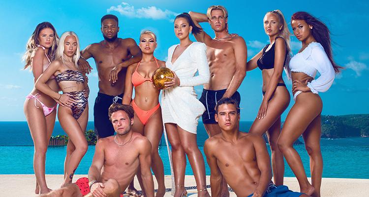 paradisehotel-deltagarna uppställda i badkläder.