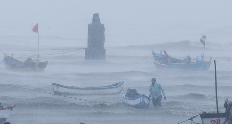 Båtar i havet i dimma.