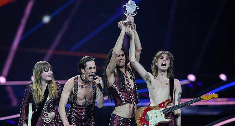 Fyra personer står på en scen. Två av dem håller i ett pris som ser ut som en mikrofon. De jublar och är glada.