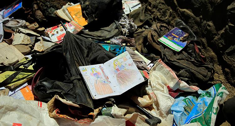 Massa bråte efter explosionen. En ritbok är öppnad med teckningar som ett barn gjort med krita.
