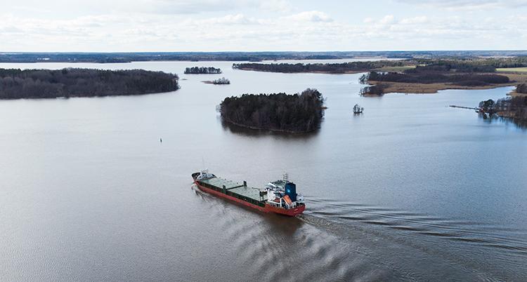 Ett stort fartyg kör på vattnet genom en skärgård med öar