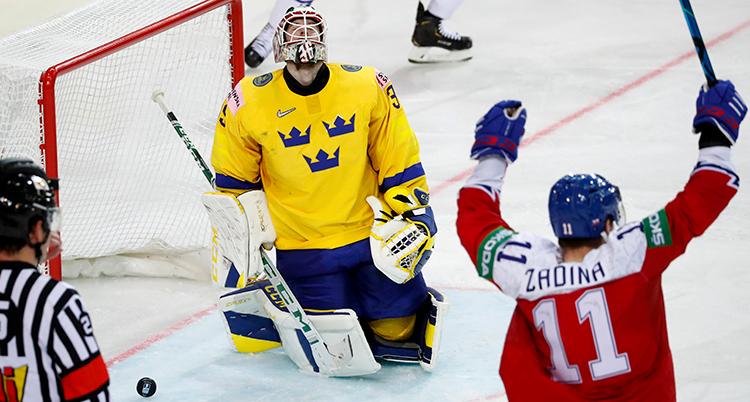 Sveriges målvakt ligger på knä och tittar rakt upp med hängande armar. Framför står en tjeck och jublar.
