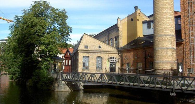 En bild på museet. Lokalerna ser ut som gamla fabriker. De är gjorda av sten.
