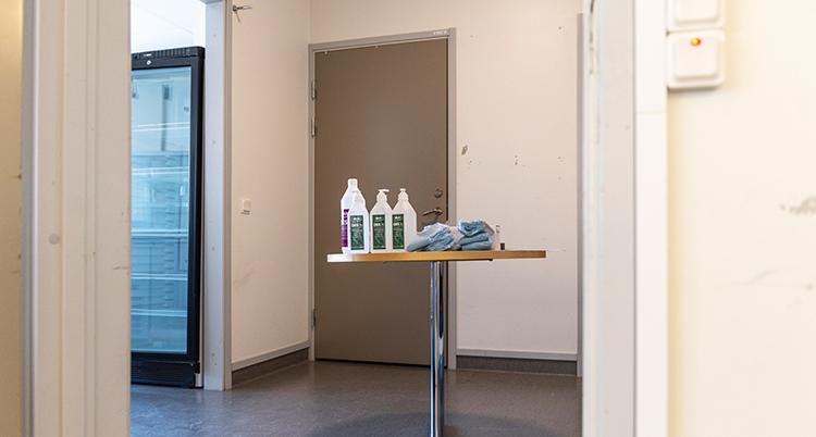 Ett runt högt bord står i en korridor.