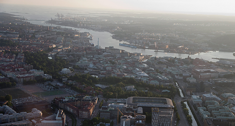 En bild på Göteborg som är tagen från ett flygplan. Vi ser massa hus, Göta älv och havet.