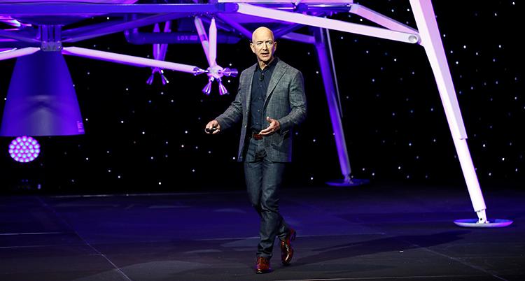 Miljardären Jeff Bezos står på en scen och håller en föreläsning.