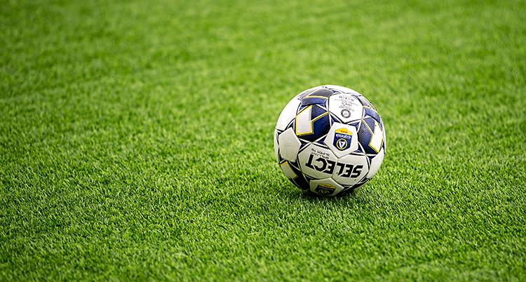 En fotboll som ligger på en plan av konstgräs.