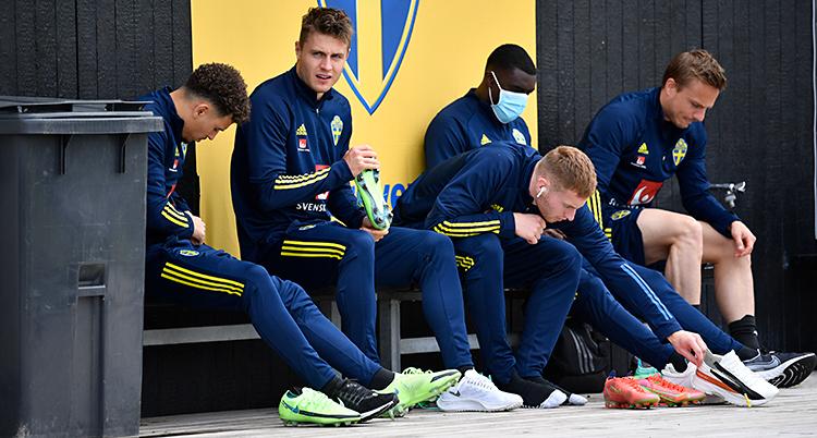 Från en träning med det svenska laget i fotboll. Fem spelare sitter på en bänk.