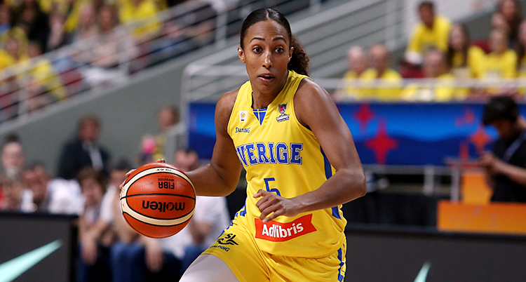 Från en match i basket. Kalis Loyd rör sig framåt med bollen. Hon har gula kläder.