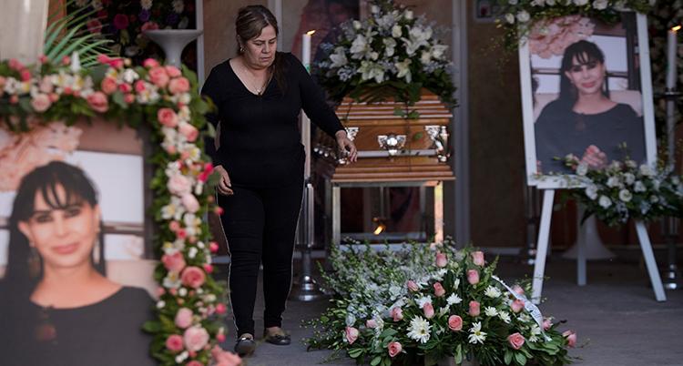En kvinna sörjer den mördade politikern Alma Barragan.