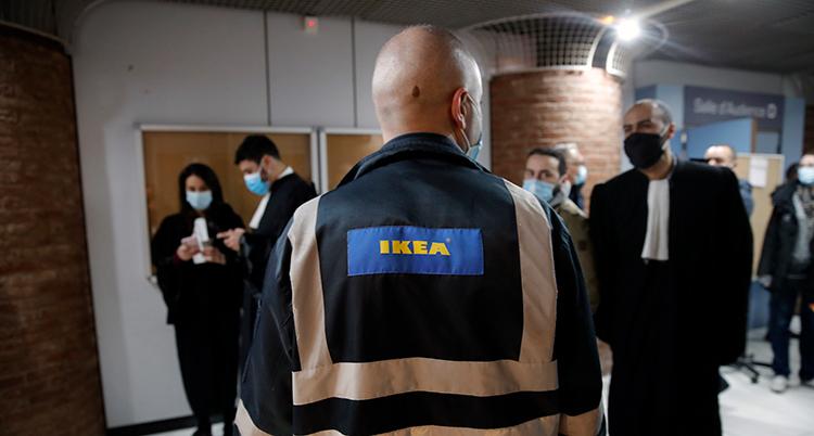 Bild på en anställd på Ikea och flera advokater.