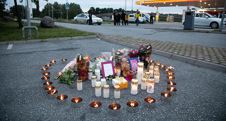 Ljus i en ring där en tolvårig flicka blev skjuten.