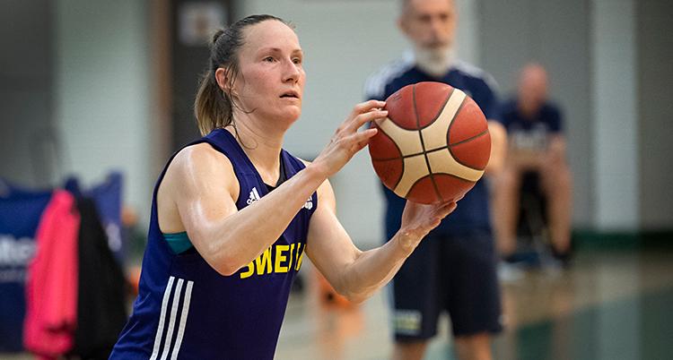 Från en träning i basket. Frida Eldebrink håller i bollen. Hon har ett blått linne som det står Sweden på.