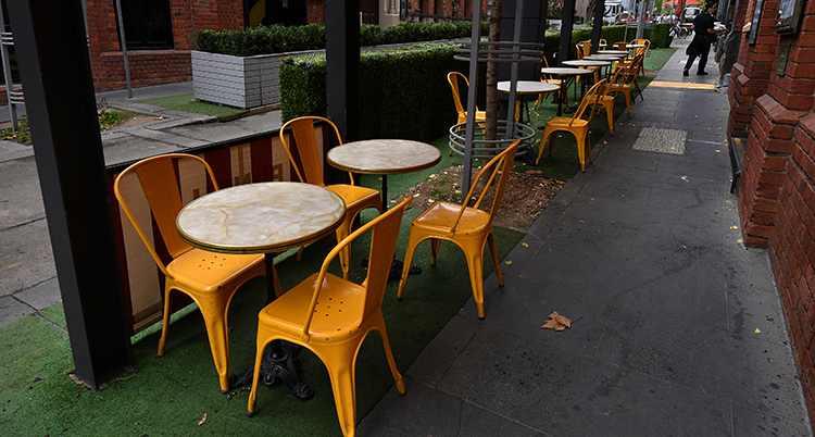 En rad med tomma stolar och bord.