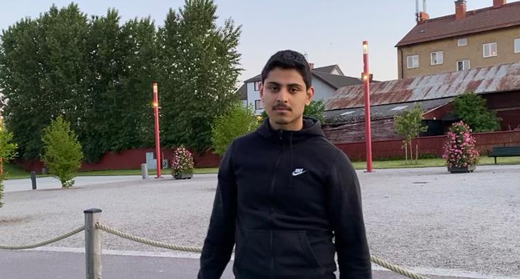 Ayham står på en skolgård.
