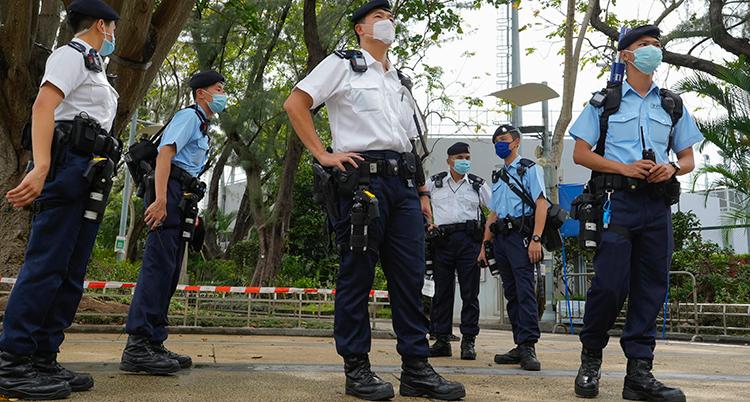 Poliser står och vaktar i en park.