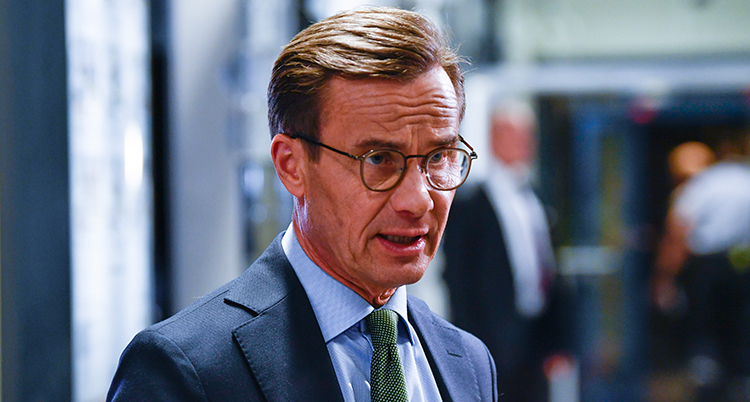 En närbild på Kristersson. Han ser allvarlig ut och pratar.