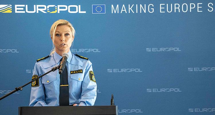 Polisen Linda Staaf pratar på en presskonferens.