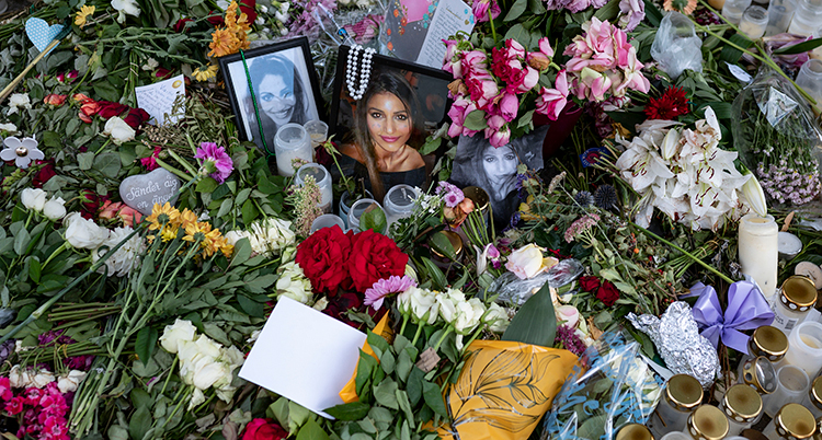 Blommor på platsen där Karolin Hakim blev mördad.