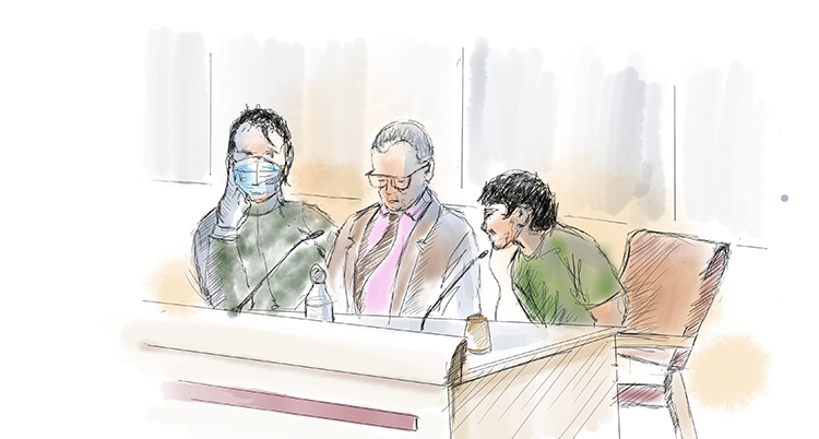 En teckning av tre personer vid ett bord. En av dem böjer sig fram och talar i en mikrofon.