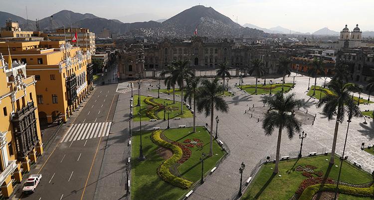 Bilden visar ett torg i Perus huvudstad Lima.