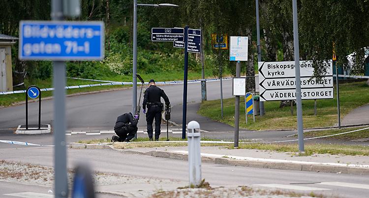 Två poliser är ute på en gata i Göteborg. De letar efter spår.