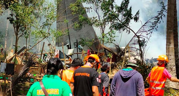 Människor letar efter överlevande efter en krasch med flygplan för militärer i Filippinerna.