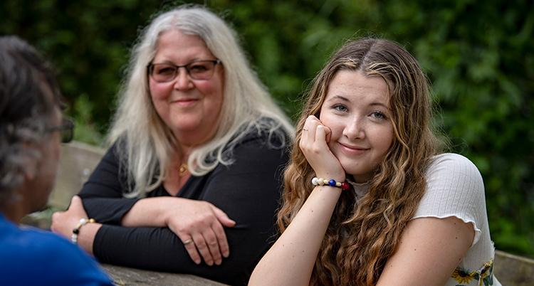 Bild på 15-åriga Miranda Malm och hennes familj. Hon har problem med migrän.