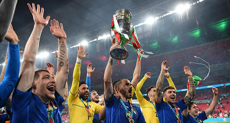 De italienska spelarna firar sitt EM-guld i fotboll.
