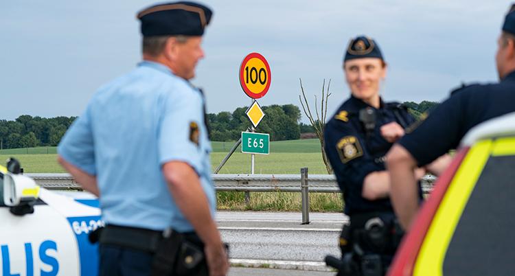 Bild på poliser vid E65.