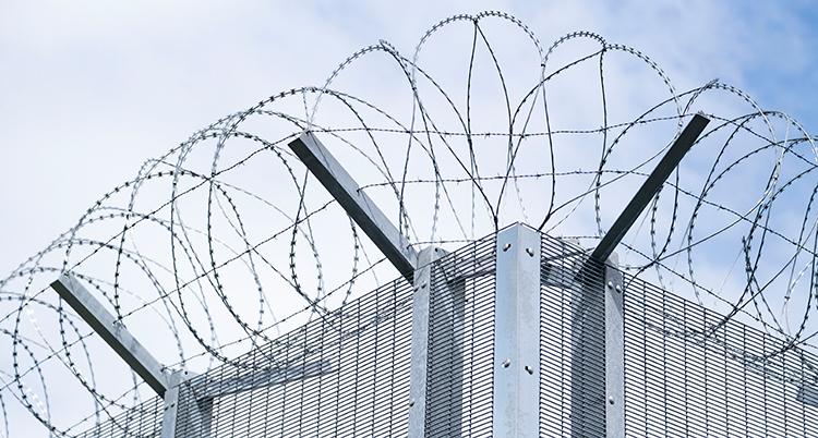 En mur med en taggtråd högst upp.