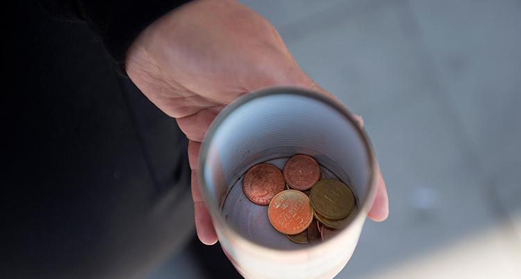 Bild på mugg med pengar.