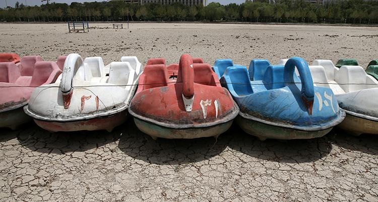 Bild på båtar som står på land efter att vattnet torkat i en sjö Iran.
