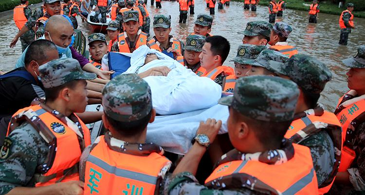 Militär i staden Zhengzhou evakuerar människor från ett sjukhus.