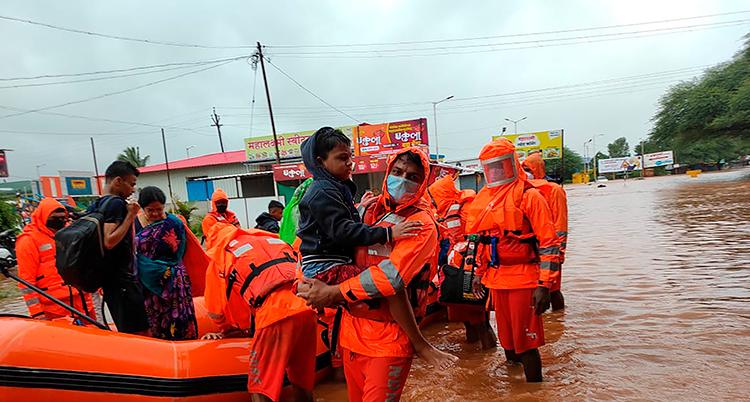 Räddningstjänsten i Indien tar hand om boende i Chiplun i Indien som behöver fly sina hem.