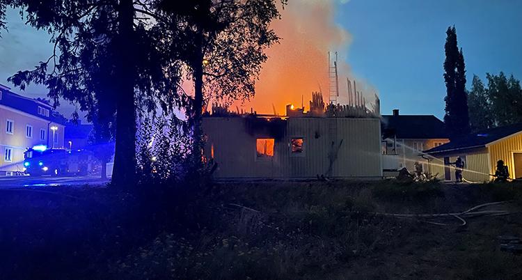 Ett hus som brinner i Nordmaling.