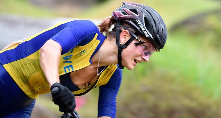 Bild på svenska Jenny Rissveds som tävlar i moutainbike under OS-tävlingarna i Tokyo.