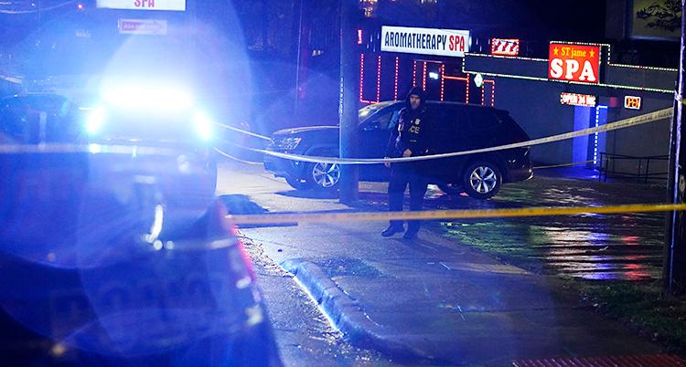 Det är natt. Det är mörkt. En polis jobbar på en gata i staden Atlanta. Han står utanför några hus.