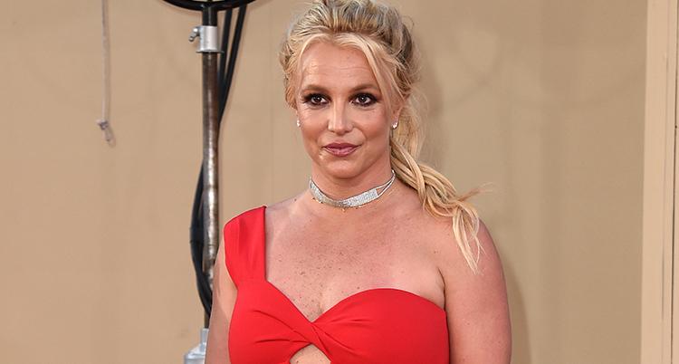 Britney Spears i röd klänning.