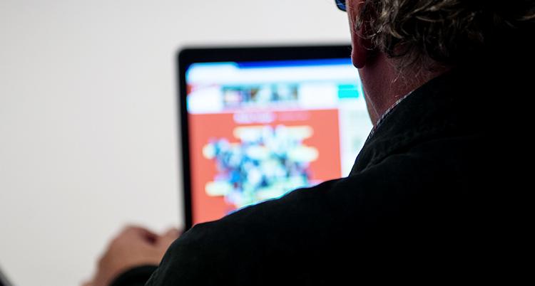 En man surfar på en dator.