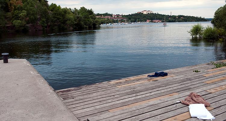 En brygga nära vattnet.
